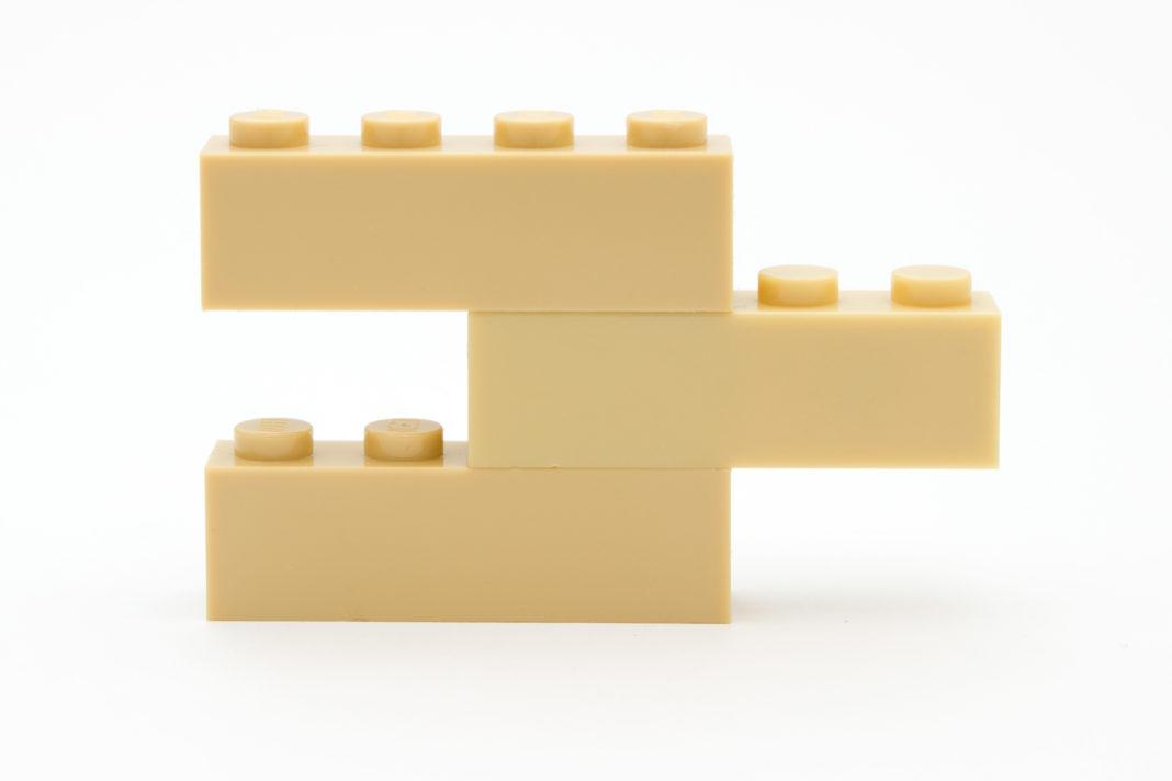 Farblich weisen die Steine von WANGE (Mitte) einen leichten Unterschied zu den LEGO-Farben auf.
