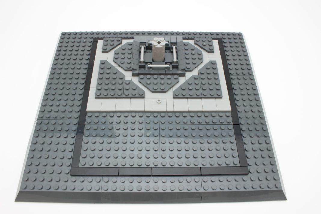 Die Grundplatte, welche für ein imposanteres Aussehen beim fertigen Modell sorgt, sowie die ersten Bauschritte.