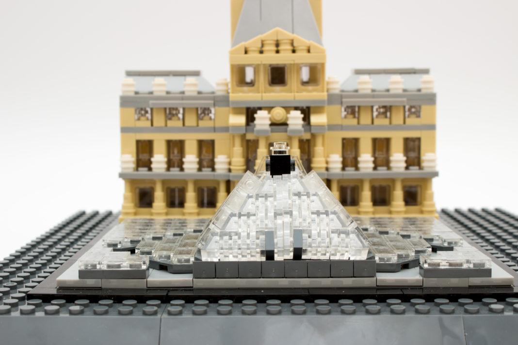 Bei der Gestaltung der Glaspyramide hat LEGO die Nase ein wenig vorne.