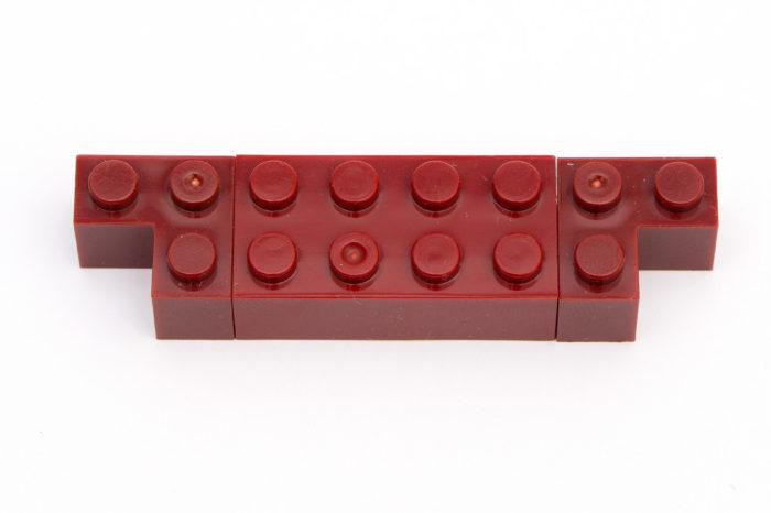 An den roten Steinen sind Farbunterschiede deutlich zu erkennen