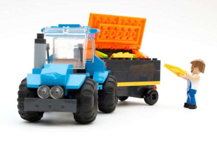 Der fertige Traktor mit Anhänger