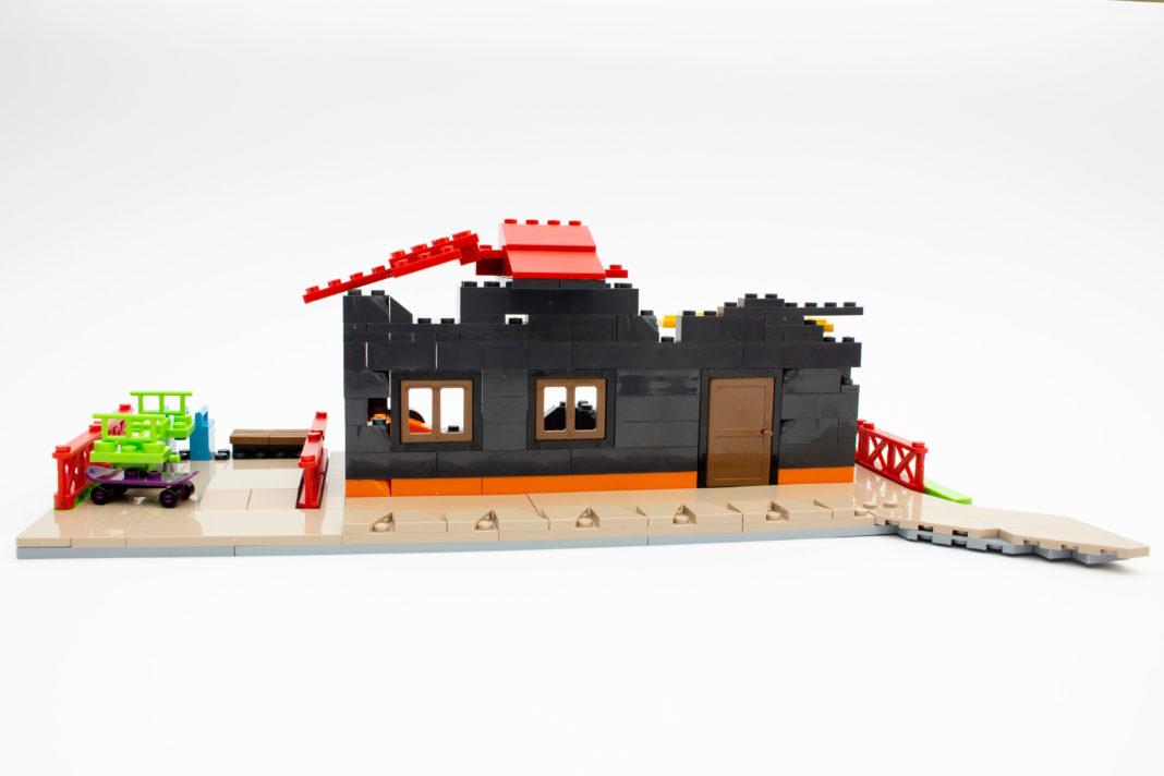 Das fertige Haus sieht aus wie kurz vor dem Einsturz