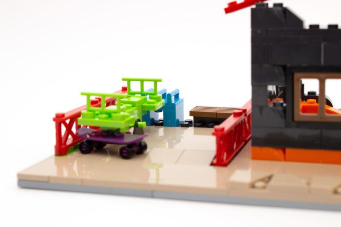 Ein verlassener Spielplatz ziert das Hausmodell