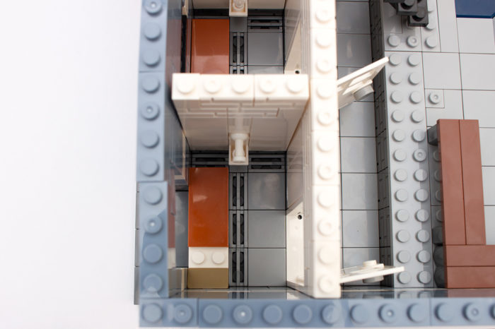 Spartanisch eingerichtete Gefängniszellen