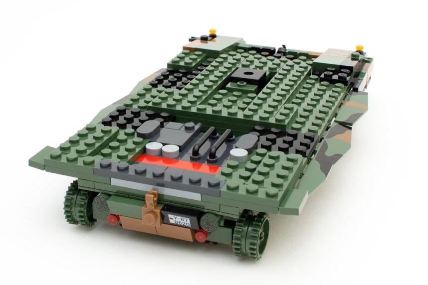 Die opulente Panzerwanne nimmt nach rund einer Stunde Bauzeit Formen an