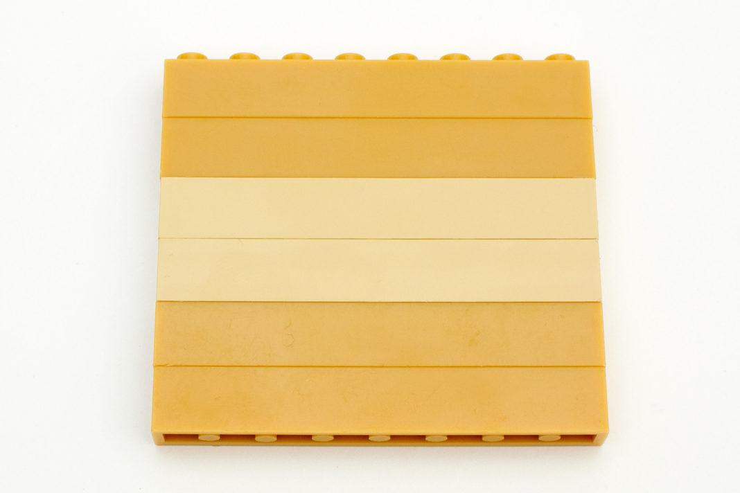 Deutlich zu erkennende farbliche Unterschiede zu Steinen von Lego (Mitte)