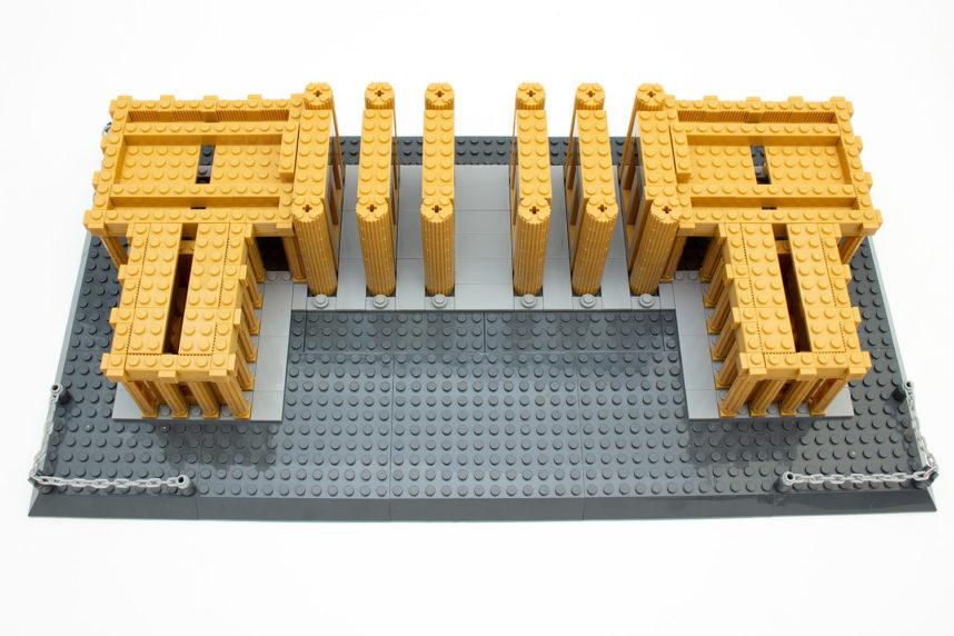 Das Aufsetzen der großen Platten auf die kleinen Säulen verlang Feingefühl