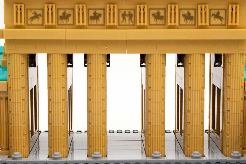Der Durchblick durch den Säulendurchgang des Brandenburger Tors von Wange