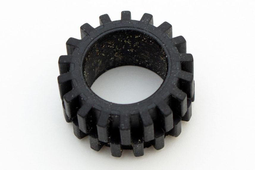 An den Reifen haftet grünlicher Staub