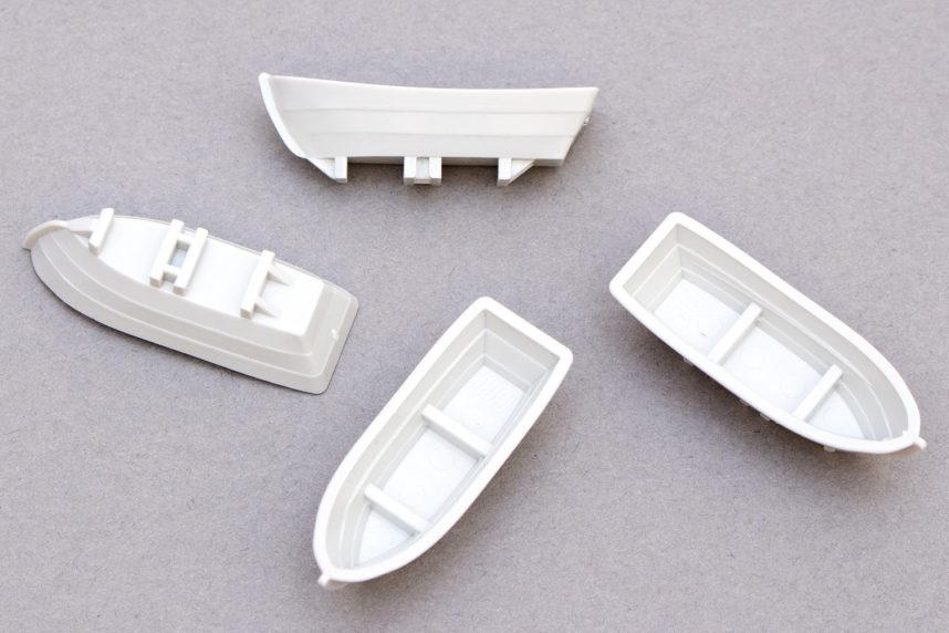 Die beigefügten Rettungsbote sind wie die Flugzeuge aus Formteilen gefertigt