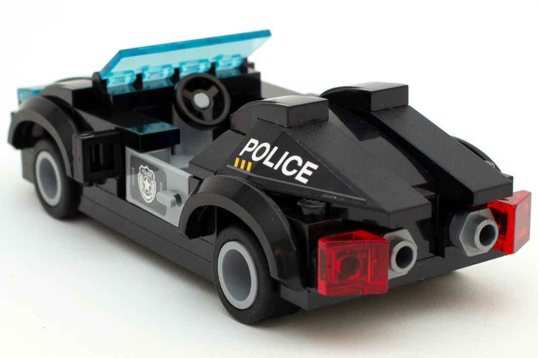 Beim Polizeiauto verwendet Qman keine runden, sondern eckige 1x1-Steine mit Loch für den Auspuff