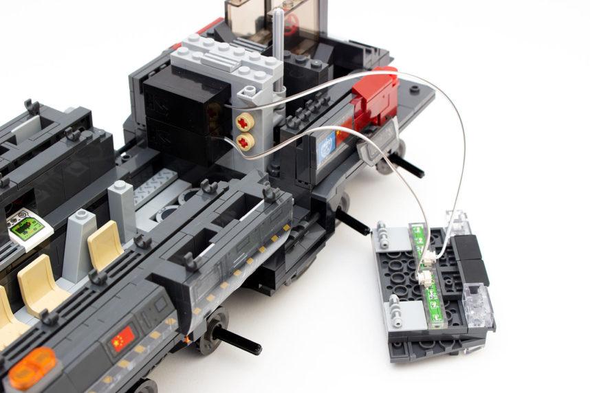 Die Batteriekästen werden einfach an die Rückwand gesteckt, lösen sich aber leicht wieder