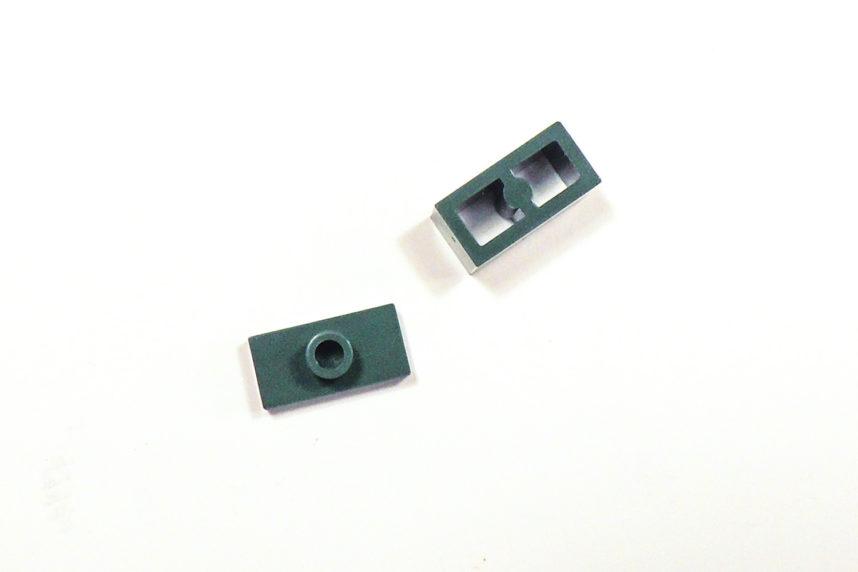 Besondere eigene Bauteile bei Cobi, die 1x2 Jumperplate mit hoher Noppe sowie rechts der 1x2 Brick mit beidseitiger Noppenaufnahme für eine Baurichtungsumkehr.