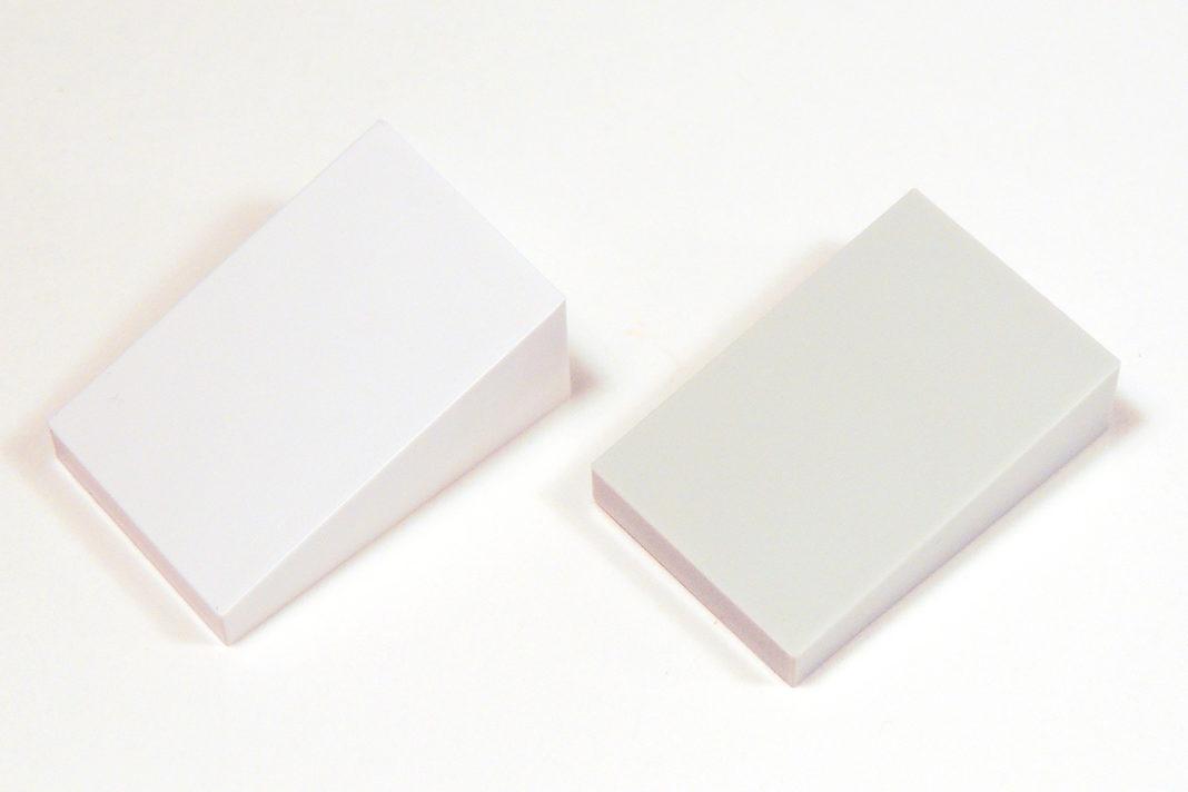 Zur linken Seite der 2x3 Slope in weiß, zur rechten in dem sehr hellen Grauton.