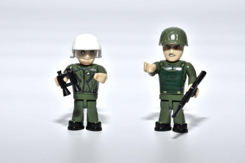 Der Pilot und ein Infanterist liegen dem Set als Minifigur bei