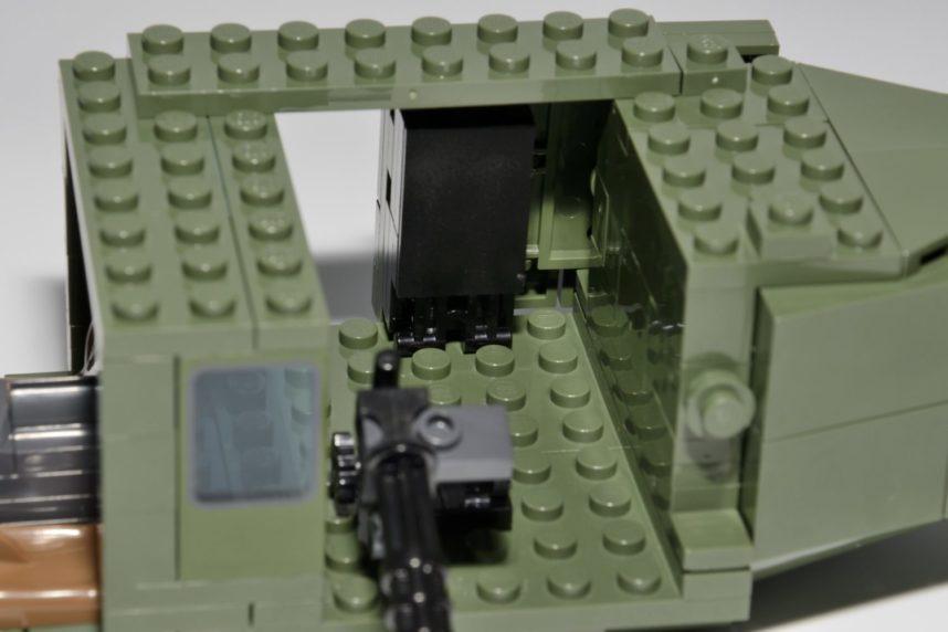 Der Innenraum ist relativ klein und die Soldaten können nicht sitzend befestigt werden. Der Laufweg der Schiebetür ist zwischen den beiden hinteren Noppen zu erkennen