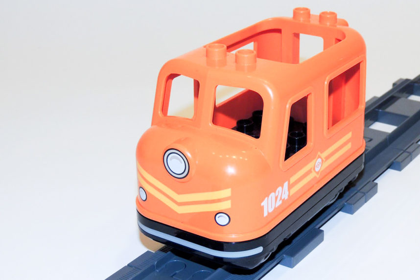 Die Lok aus Duplo 10875 fährt bestens bei Steigungen auf Dubie-Gleisen