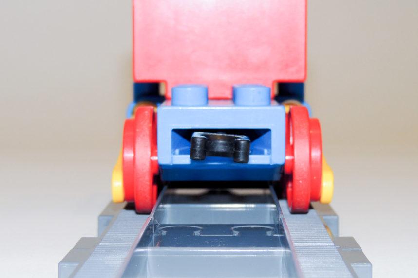 Das Duplo-Fahrgestell von 1983 hält auch auf Dubie perfekt die Spur