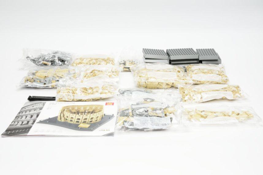 Zwölf Tüten, eine Bauanleitung, ein Teiletrenner und die Sockelplatten füllen die Verpackung voll aus