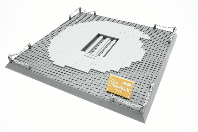 Auf der 2 × 4 Platte in der Mitte wird das Kolosseum mit seiner Sockelplatte verbunden
