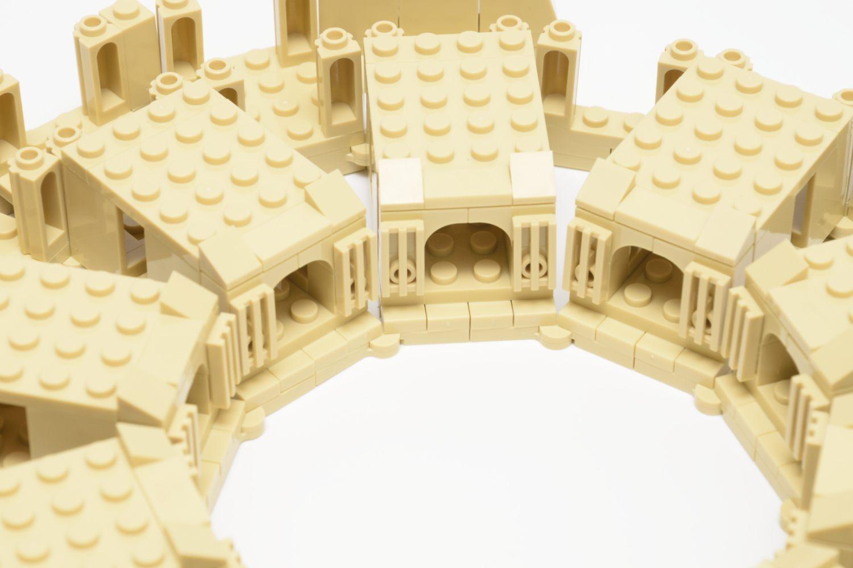 Die Tore zur Arena sind nur mit zwei Noppen am Modell befestigt und die Gitterfliesen müssen ausgerichtet werden.