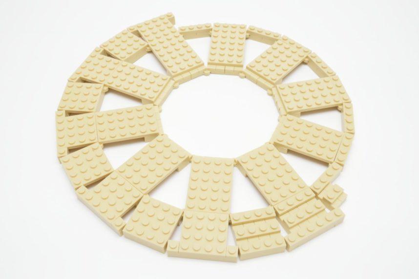 Zwei Ringe aus Hinge-Plates und weiteren Platten bilden die Basis - eine anfänglich etwas instabile Angelegenheit