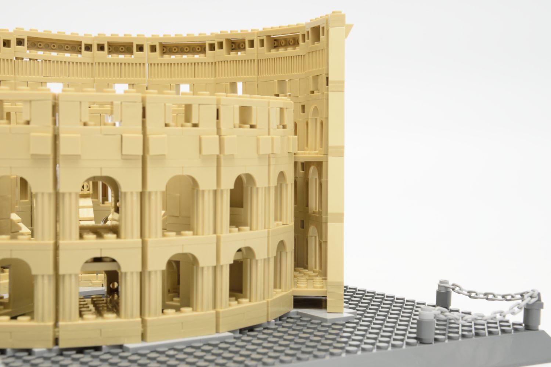 Zwischen den beiden Fassaden ist kein Boden auf Höhe des ersten Obergeschosses