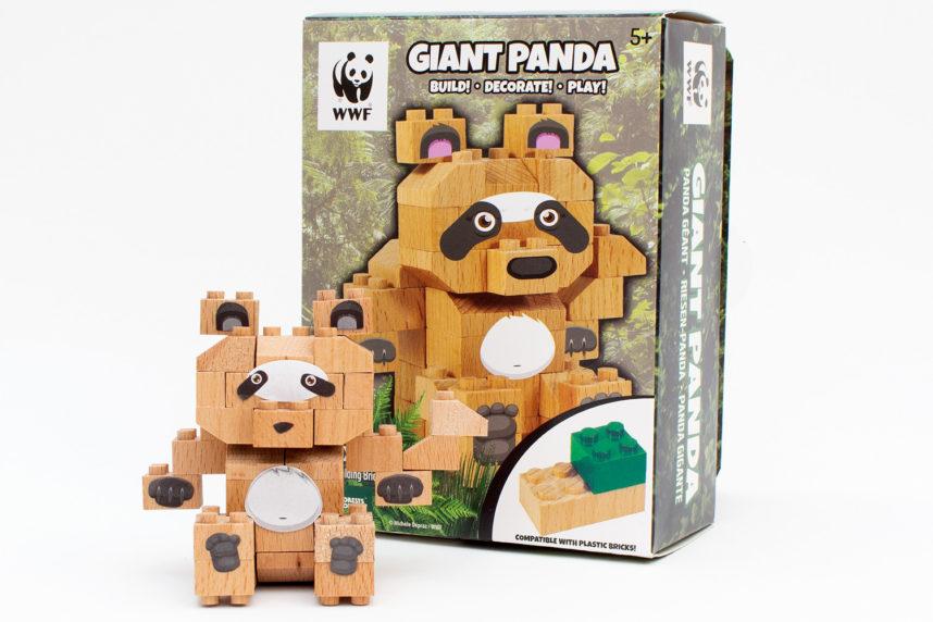 Der fertige Riesenpanda hat mit den durch die Aufkleber nur wenig mit dem Produktbild zu tun