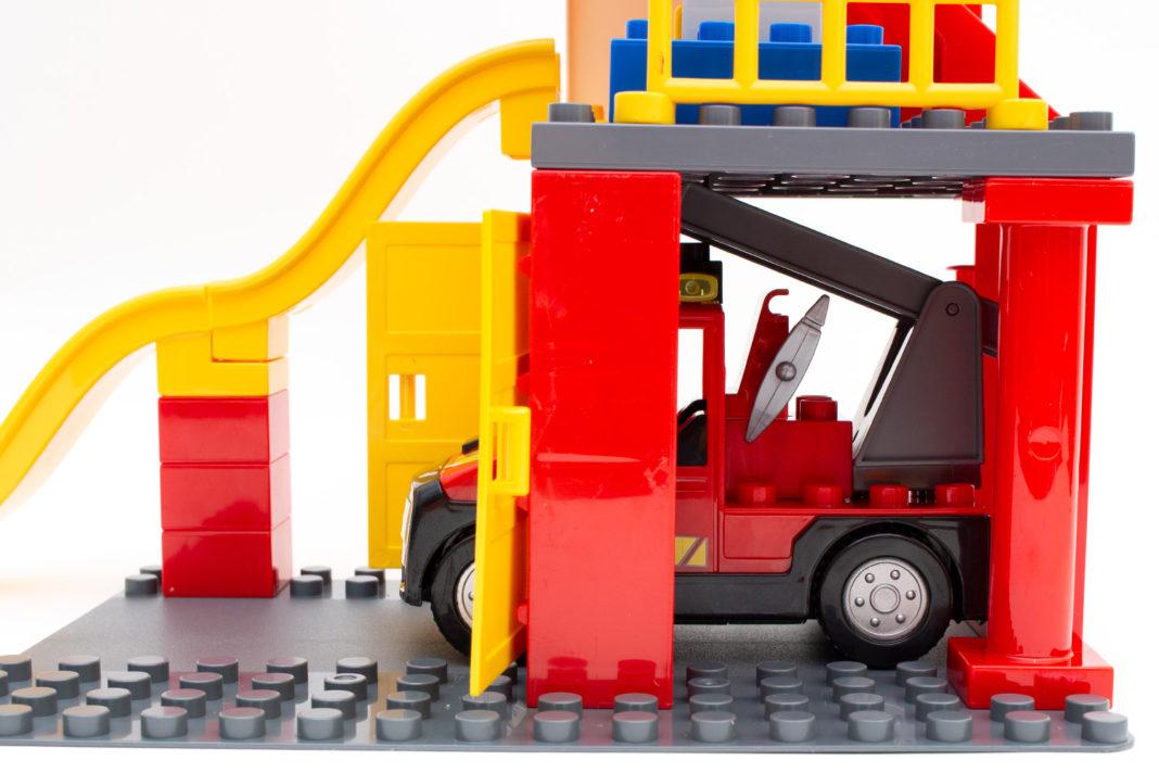 Das Feuerwehrauto passt aber nicht ganz hinein