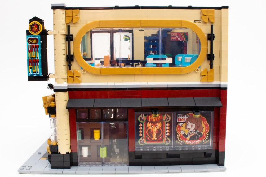Auch das abgerundete Fenster trägt zur Wirkung des Restaurants bei - auch wenn die beiden an den Seiten sichtbaren Noppen hätten verdeckt werden können