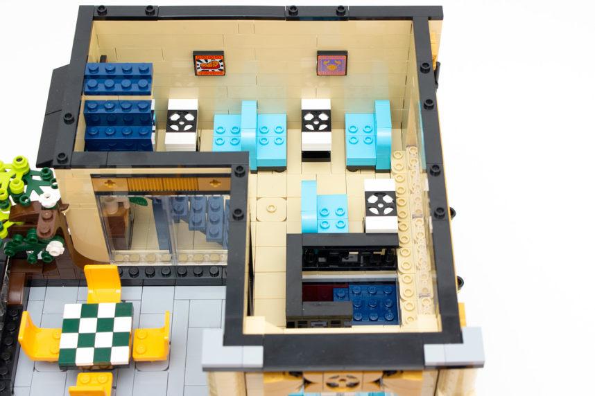 Auch der Innenbereich der ersten Etage ist schön getroffen, lediglich am Fenster hätten die Noppen mit Fliesen bedeckt werden können