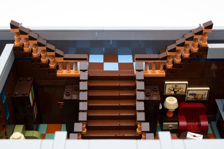 Der Treppenaufgang zur Galerie ist schön umgesetzt, liegt aber an den Seiten nicht ganz auf