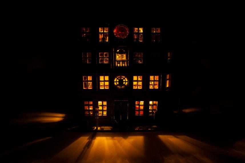 Die Beleuchtung ist schön anzusehen, wenn auch umständlich einzuschalten