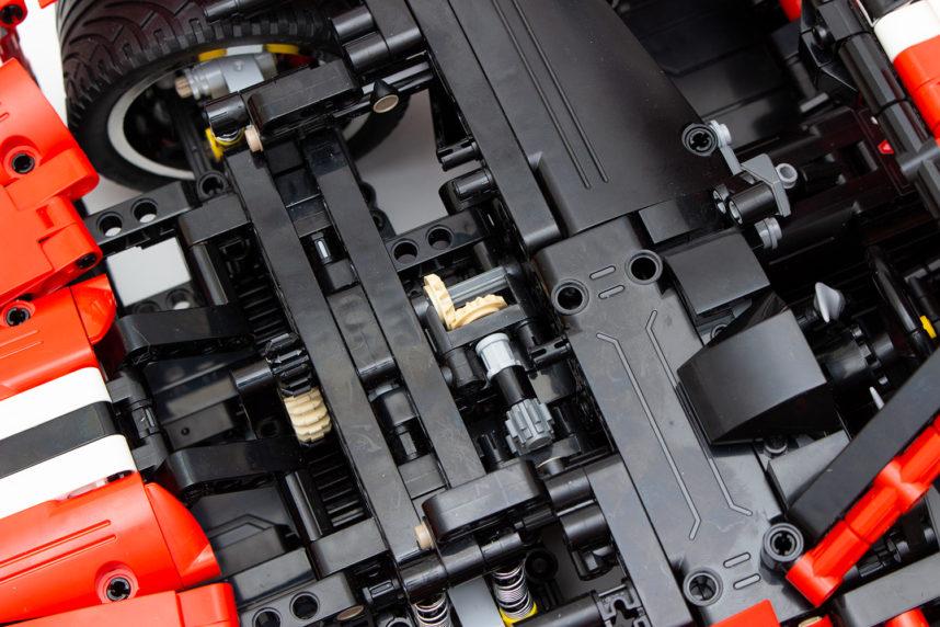 Durch die breiten Reifen ist die Lenkung so schwergängig, dass sich das kleine nur knapp aufliegende Zahnrad schnell löst
