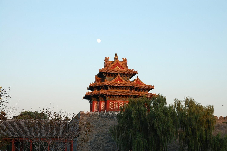 Ein Pavillion, kein Säulengang, der um die Mauer gebaut ist. (Bild: Michael Engbork / Pixabay)