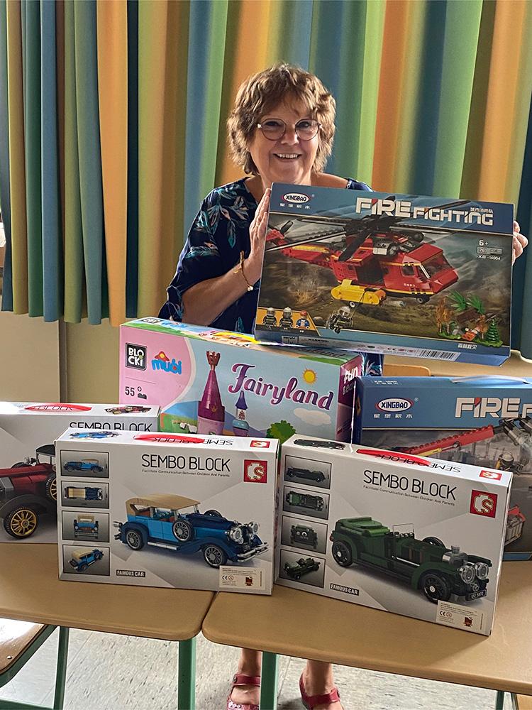 Brigitte Wilhelms, Leiterin der katholischen Grundschule Gemünd, freut sich über die gespendeten Klemmbaustein-Sets