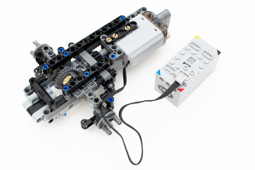 Der Motor für die Lenkung wird angesetzt