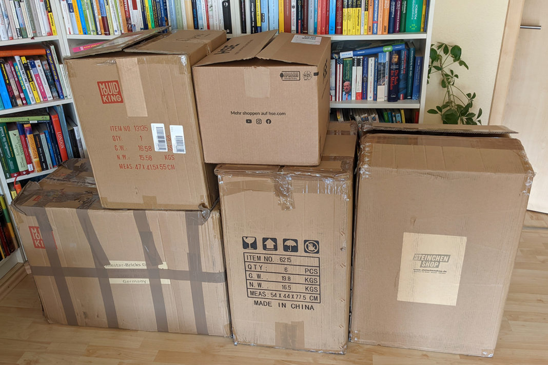 Die gespendeten Sets sind verpackt und warten auf den Transport