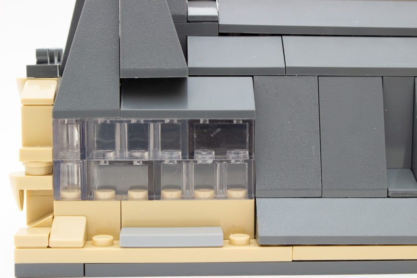 Die transparenten Steine mit 2 × 1 Noppen ohne Röhre bringen etwas Unruhe in die Fenster